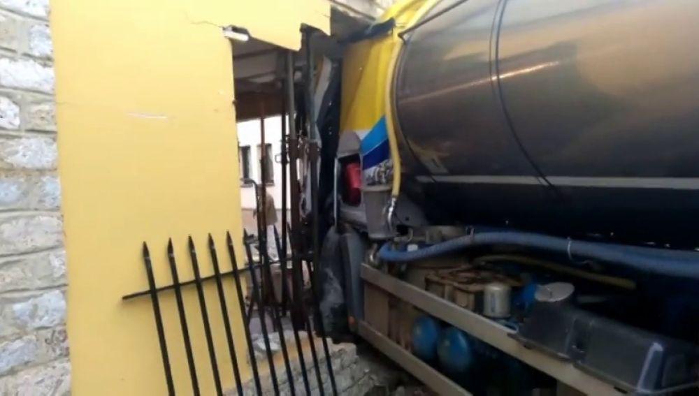 Un camión lleno de leche se empotra contra una casa en León