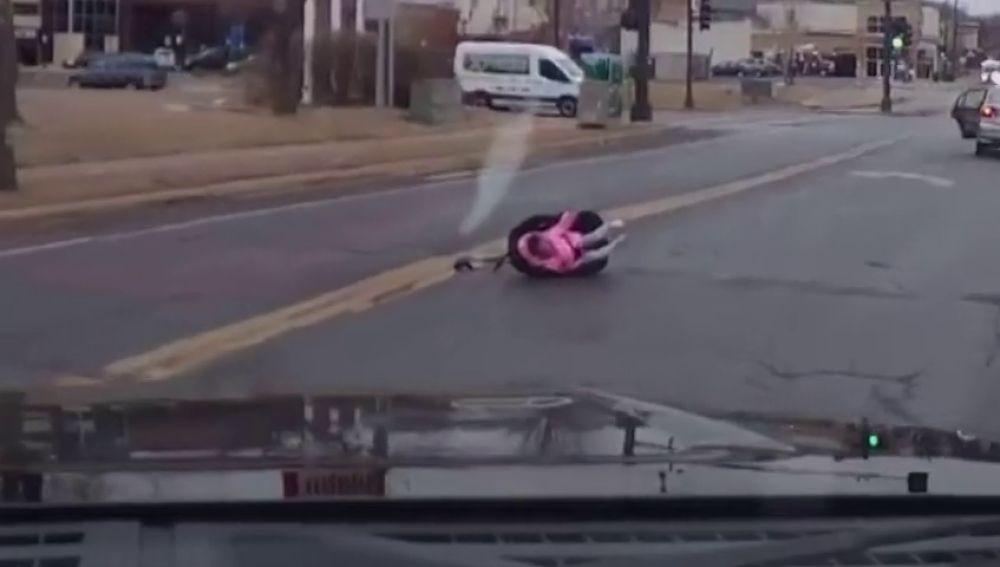 silla de niño con bebe falso al lado de carretera