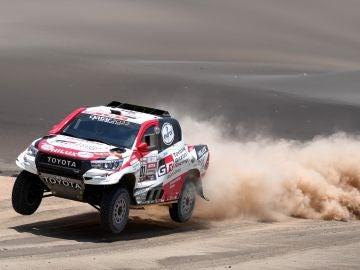 Al-Attiyah circula por las dunas en el Dakar