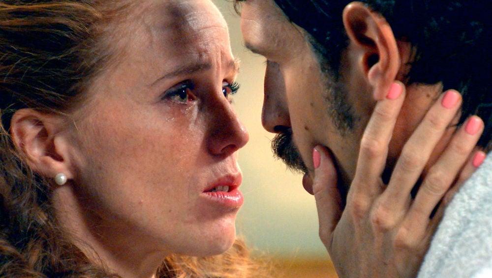 Natalia ya no puede ocultar más sus sentimientos y se lanza a los brazos de Carlos