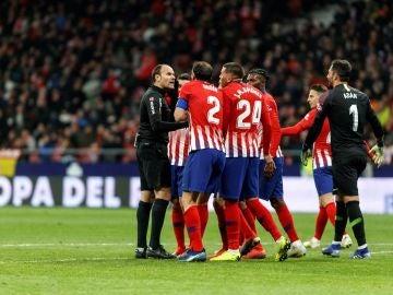 Los jugadores del Atlético discutiendo con Mateu Lahoz