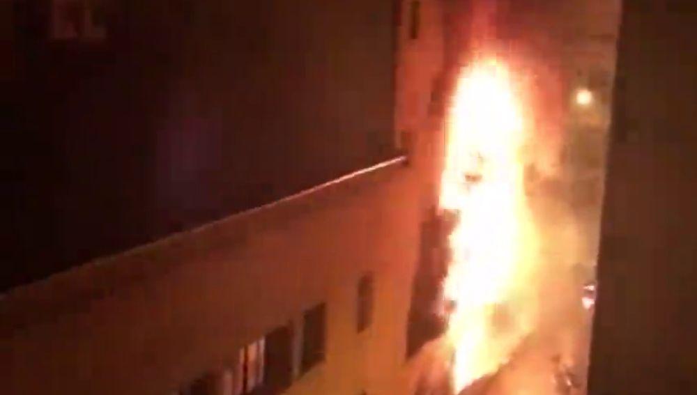 Investigan las causas de un incendio en un edificio de Barcelona