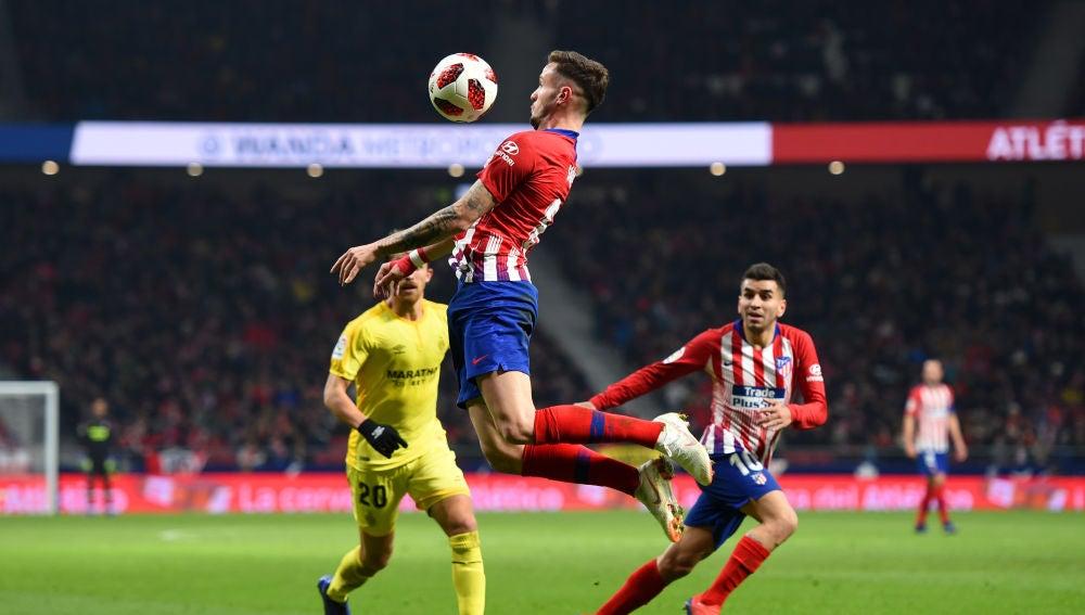 Saúl controla un balón en un partido del Atlético