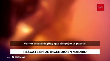Así ha sido el rescate de una mujer de una vivienda incendiada en Madrid