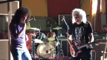 Gwilym Lee junto a Brian May