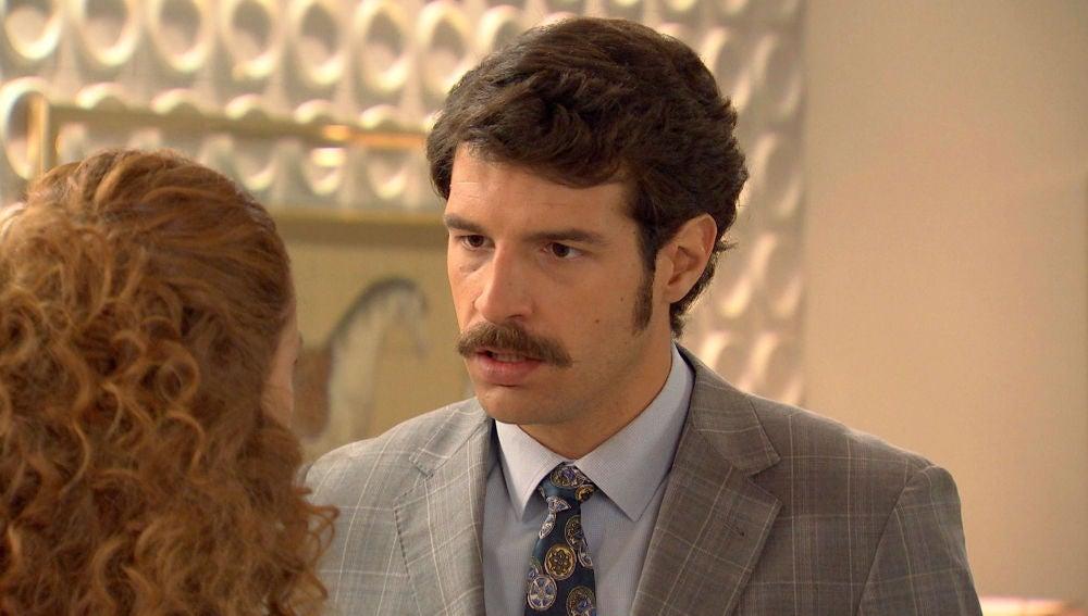 Carlos se niega a creer que Natalia no esté enamorada de él