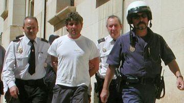 Agentes de la Policía Nacional llevan detenido en 2003 a José Javier Salvador Calvo.