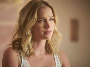 Elizabeth Lail en 'You'