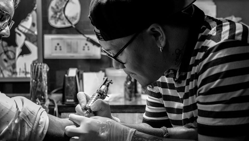Tatuador (Foto de archivo)