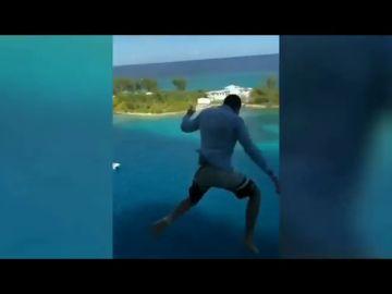 Una compañía de cruceros veta de por vida a un pasajero que saltó al agua desde el balcón de un barco