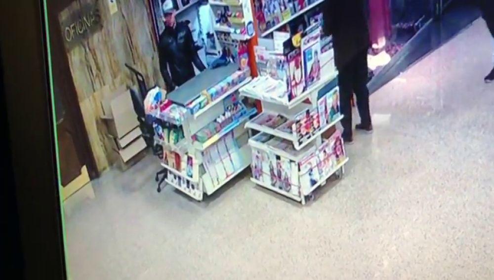 Buscan a dos hombres que engañaron a un anciano para robarle la recaudación de su quiosco en Zaragoza