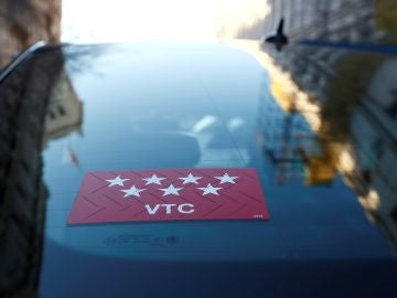 Vista de un coche de VTC circulando esta tarde por las calles de Madrid