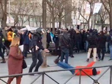 Un manifestante finge una agresión policial durante las protestas en el Paseo de la Castellana