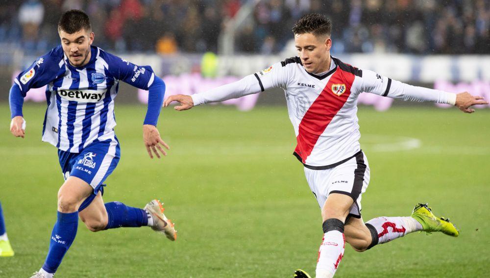 Álex Moreno intenta centrar en el partido ante el Alavés