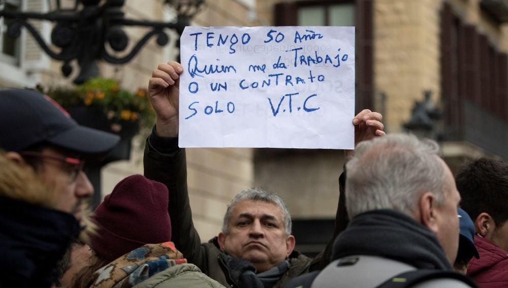 Centenares de conductores de los llamados VTC están concentrados en la plaza Sant Jaume