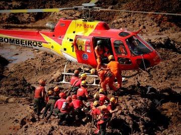 Los bomberos participan en las labores de rescate