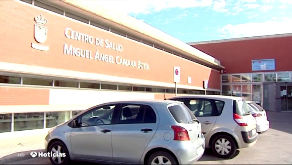 Un médico de Murcia que le dijo a su paciente que era una 'malfollada' y fumó en la consulta, suspendido de empleo y sueldo durante 11 meses