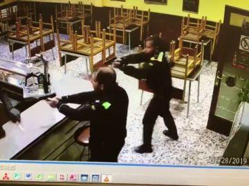 Pillado in fraganti: la policía detiene a un atracador que amenazaba con una navaja al dueño de un bar