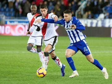 Momento del partido entre el Alavés y el Rayo Vallecano