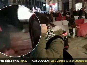 Un manifestante pincha varias veces la rueda de un coche VTC en la manifestación de la Puerta del Sol