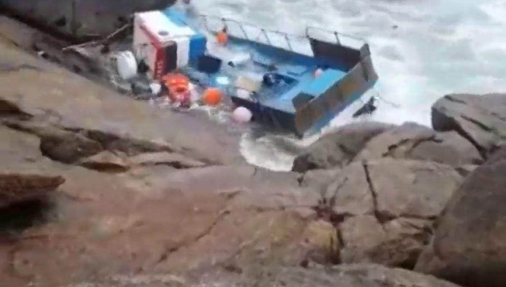 Rescatan a dos pescadores tras chocar su barca contra las rocas en Bueu, Pontevedra