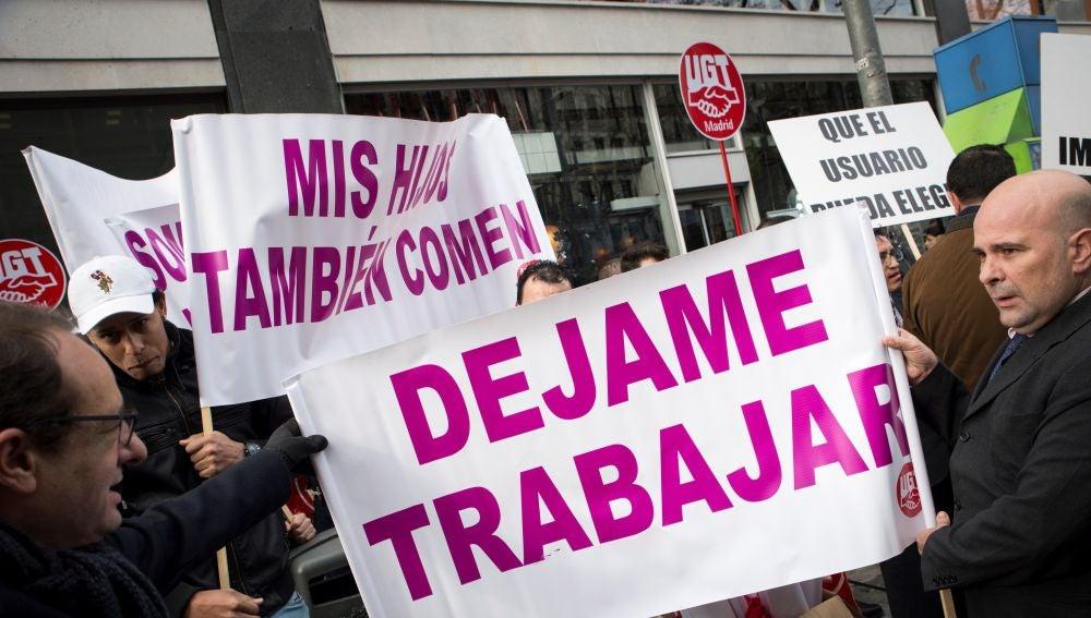 Los conductores de VTC se concentran frente a la sede de Podemos