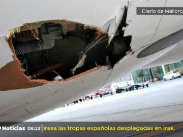 REEMPLAZO Un avión se sale de pista y choca contra una baliza de señalización