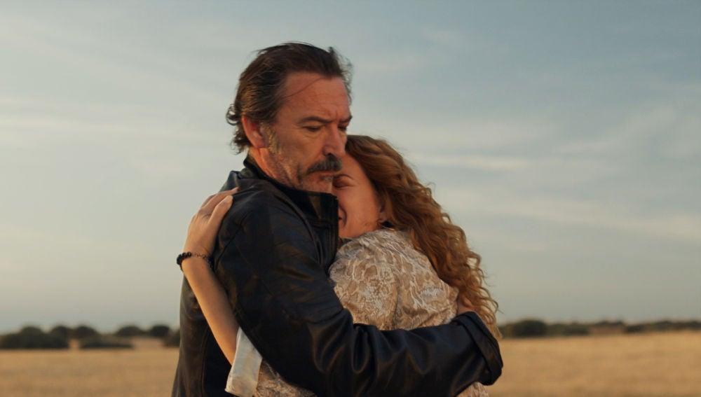 Pascual salva a una Almudena en apuros tras intentar vender la droga