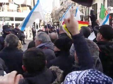 Cientos de taxistas protestan por tercer día consecutivo ante la sede del PP