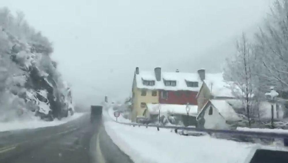 Las últimas nevadas caídas afectan especialmente a las carreteras de Huesca y Navarra