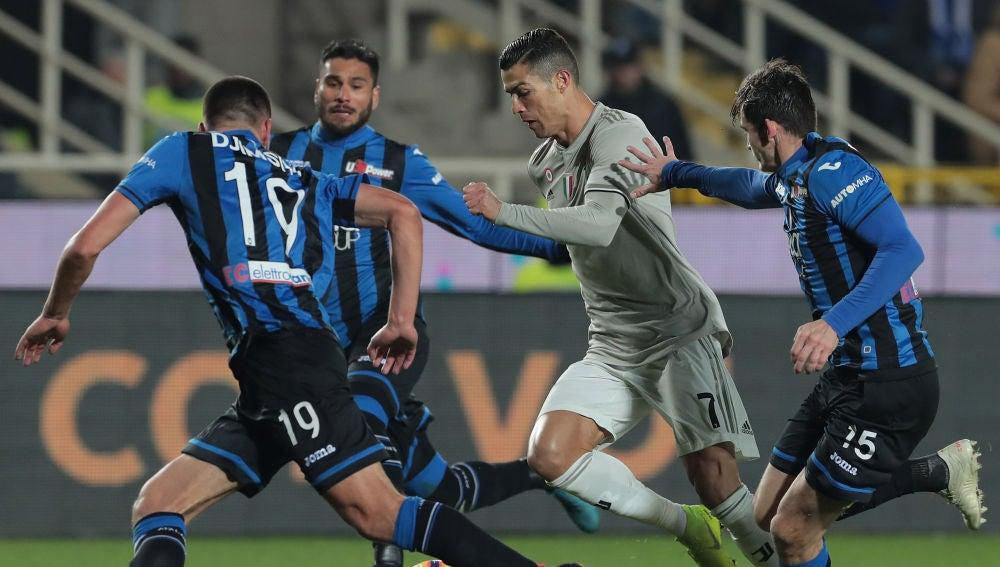 Cristiano conduce el balón en el partido frente al Atalanta