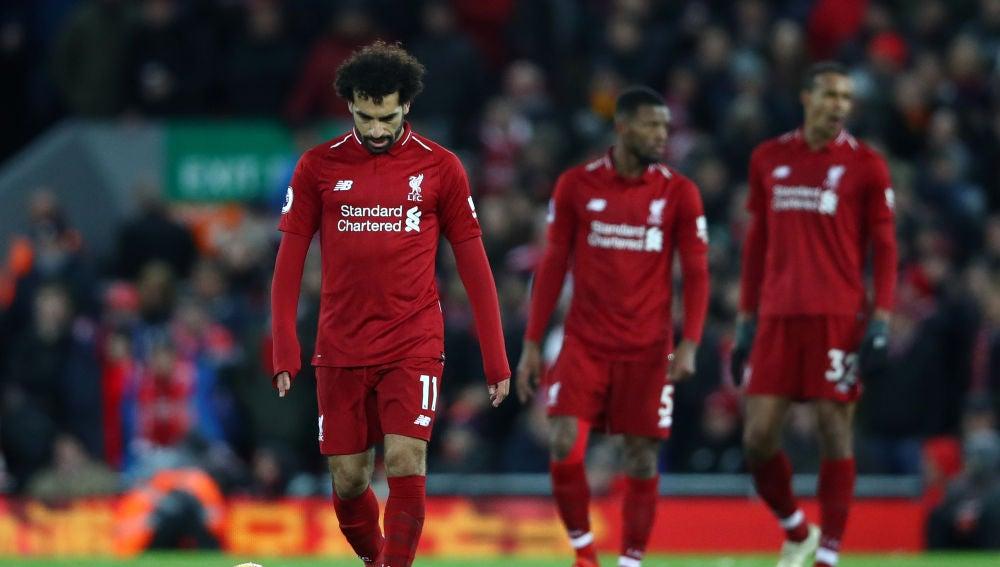 Mohamed Salah y los jugadores del Liverpool, cabizbajos en Anfield