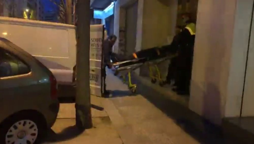 Investigan un posible nuevo caso de violencia de género: un hombre se ha lanzado al vacío desde un piso en el que han encontrado a una mujer muerta