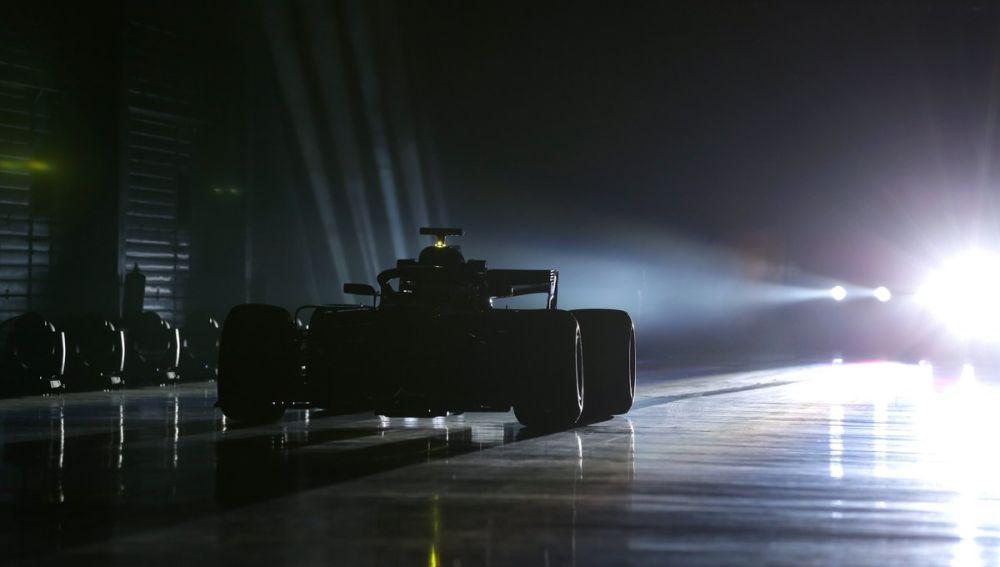 El Mercedes W10, en las sombras