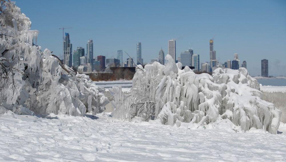 Estructura de hielo frente al río Mississippi