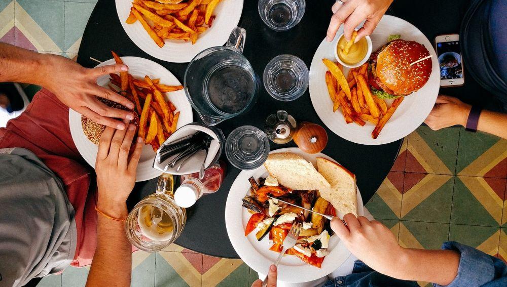 cuatro personas comiendo en un restaurante