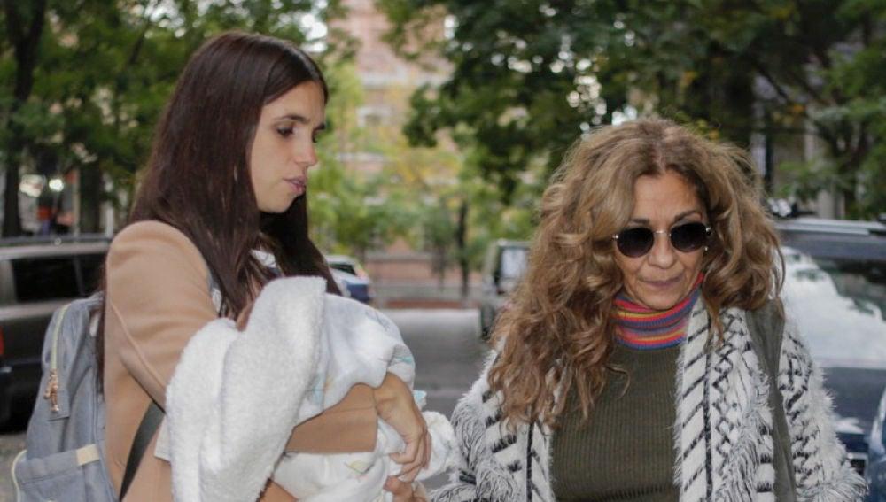 Lolita Flores junto a su hija Elena Furiase y su nieto