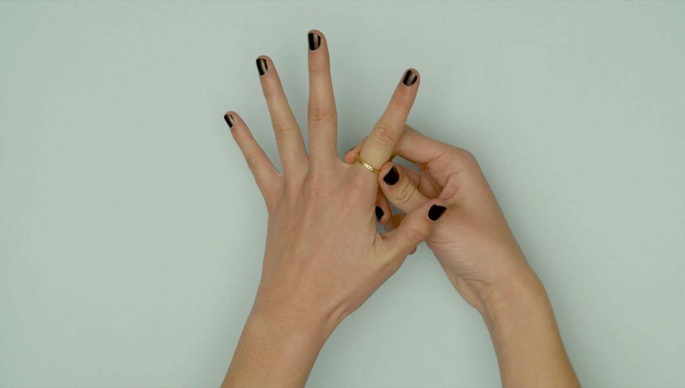 Cómo sacar un anillo atascado del dedo