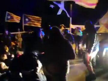 Un grupo de independentistas, a las puertas de Lledoners