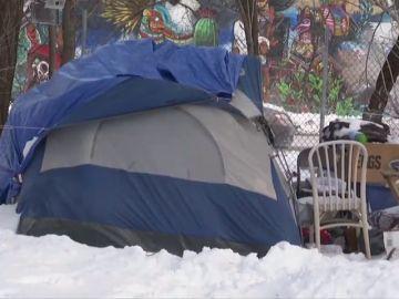 Un héroe desconocido paga habitaciones de hotel a 70 personas sin hogar para que duerman calientes durante la ola de frío extremo en Chicago