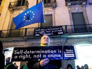 Miembro de la ANC frente a la sede de la Comisión Europea en Barcelona