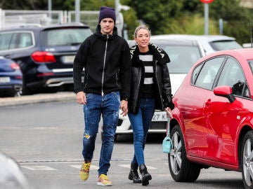 Álvaro Morata y Alice Campello viendo coches