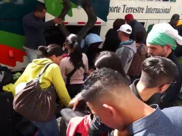Decenas de venezolanos vuelven a su país por carretera desde Ecuador