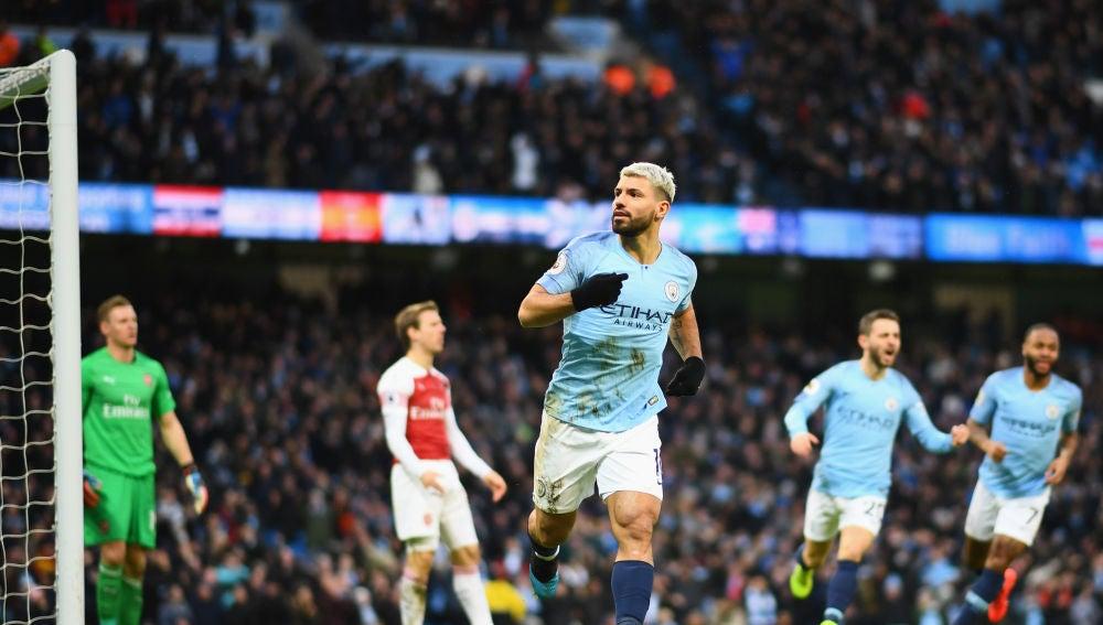 Agüero celebra uno de sus tres goles al Arsenal