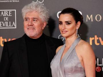 Penélope Cruz y Pedro Almodóvar durante los Premios Goya 2019