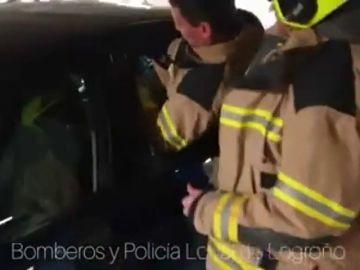 Rescatan a un bebé encerrado en un coche al bloquearse las puertas