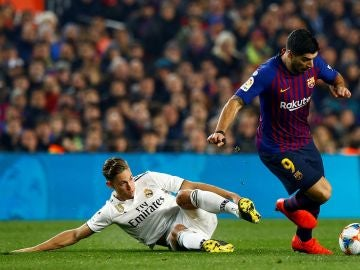 Marcos Llorente se tira al césped para intentar defender una acción