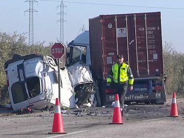 Las primeras imágenes del accidente de Utrera en el que han fallecido cinco personas