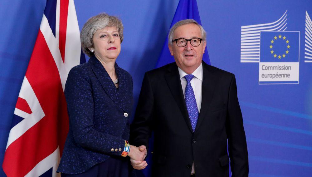 Resultado de imagen para Fotos de La primera ministra británica y el presidente de la Comisión Europea