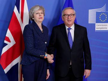 El presidente de la Comisión Europea, Jean-Claude Juncker, y la primera ministra británica, Theresa May